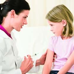 04 mare_medic-fetita-vaccin-injectie_shutterstock_14464495_2