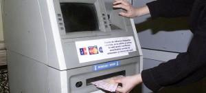 Doi bărbaţi şi o femeie au fost prinşi în timp ce furau bani din bancomat