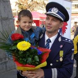 Poliţist la serviciu, tatã acasã pentru copiii abandonaţi