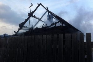 Două case distruse de un incendiu în Petroşani