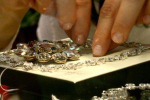 Devean prădat de bijuterii