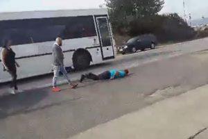 Tânăr pus la pământ dintr-un pumn, în benzinărie