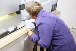 """Contul bancar al unei pensionare salvat de la """"operaţia"""" escrocilor"""