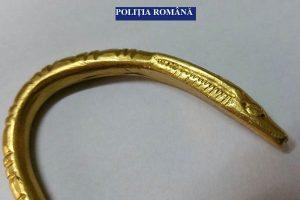 O brăţară din aur considerată dacică a fost confiscată de poliţiştii din Olt